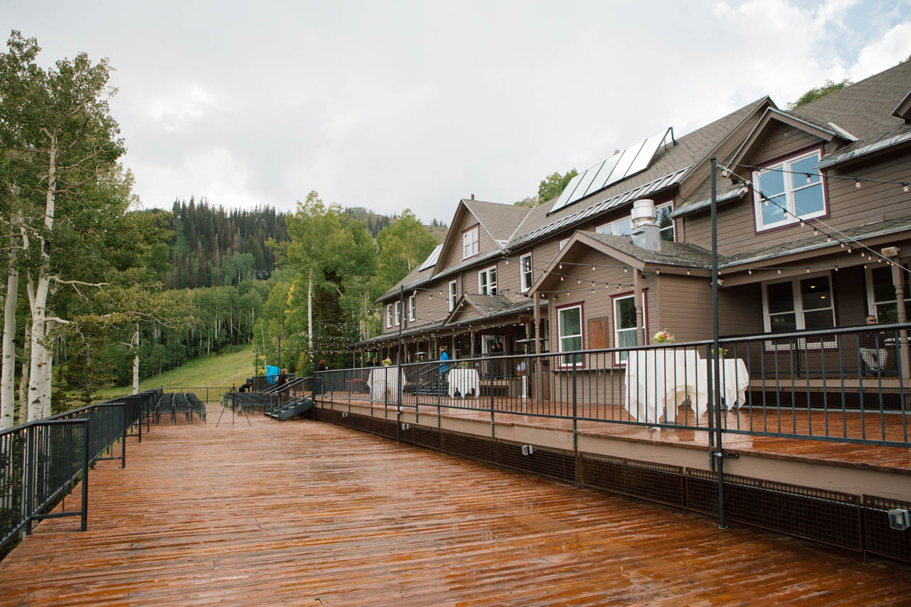 Mid Mountain Lodge exterior view.